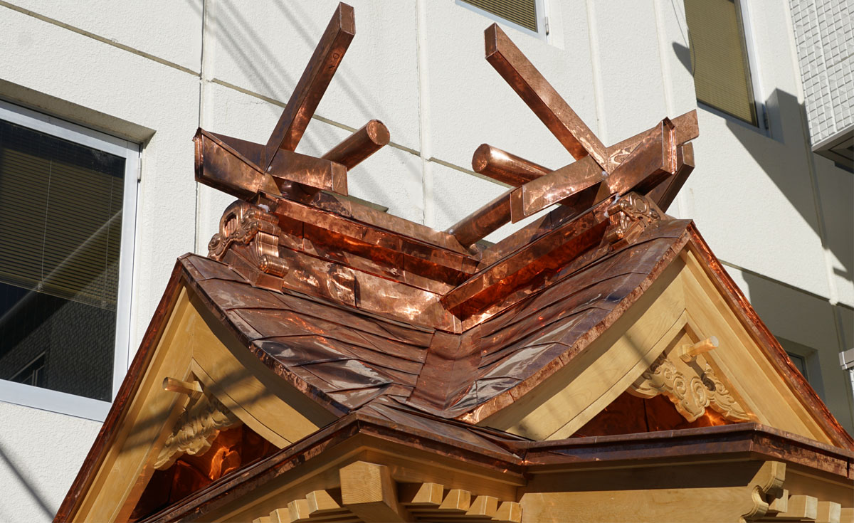 竜神八代の屋根と彫刻